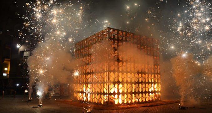 La ciutat de Torrent clausura el Nou d'Octubre amb la tradicional processó cívica i la cremà de la falla Renaixement