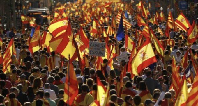 Crits, insults i agressions d'ultres en la manifestació per la unitat a Barcelona