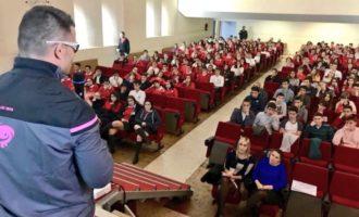 Los medallistas paralímpicos David Casinos y Mónica Merenciano visitan el colegio de Monte-Sión