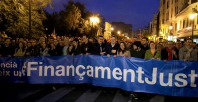 Històrica i massiva manifestació amb més de 60.000 persones per un finançament just