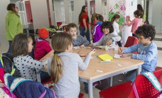 Els xiquets i xiquetes de Mislata gaudixen de les seues vacances en l'Escoleta de Nadal i els tallers d'arts plàstiques