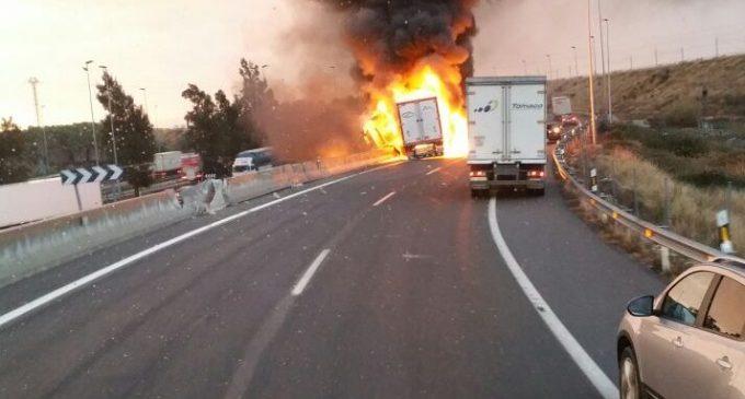Un camió incendiat en plena A-7 provoca embussos i talls