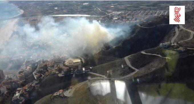 Un gran incendi a Cullera obliga a desallotjar a desenes de persones