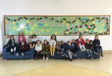 """Els alumnes de American School construeixen una cadena de gestos per a la campanya """"Kindness Challenge"""""""