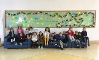 """Los alumnos de American School construyen una cadena de gestos para la campaña """"Kindness Challenge"""""""