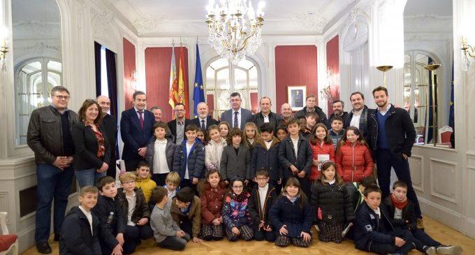 Les Corts reciben por primera vez al Sant Jordiet de Alcoi