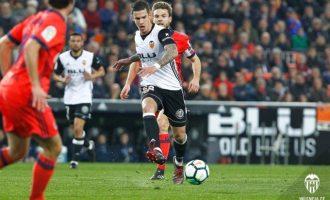 Amb un doblet de Mina i un final d'infart, el València CF es porta la victòria davant la Real (2-1)
