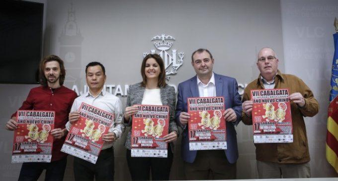 La cavalcada de l'Any Nou Xinés arriba a la Plaça de l'Ajuntament