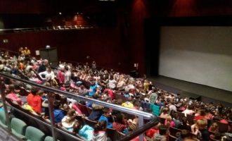 Escola Valenciana introdueix amb èxit el Cinema en valencià a Torrevella