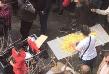Aperitius, refrescos i cervesa: la venda ambulant en les mascletaes enfada als comerciants