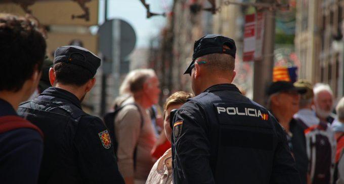 Detingut un pare per deixar a soles al seu fill de 33 mesos