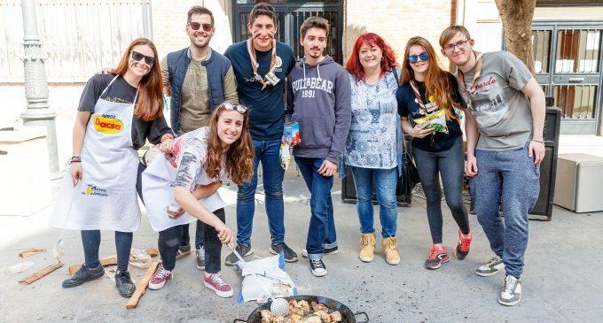 """Els juniors """"Per un món nou"""" de Mislata celebren un concurs de paelles en la plaça de l'Ajuntament"""