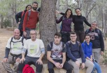 Un grup de joves repassen els senyals del PR CV 404 Font de l'Omet-Clot  de les Tortugues