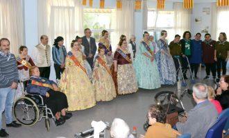 Las Falleras Mayores de Paiporta y las comisiones falleras visitan la residencia para personas mayores