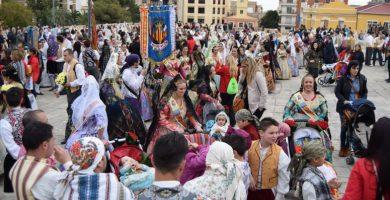 La pólvora arriba a la Plaça de l'Ajuntament en el dia de l'Ofrena a la seua patrona, la Mare de Déu de la Cabeza