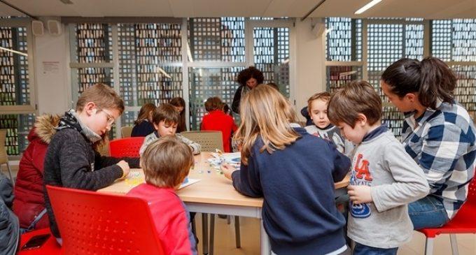 """Els xiquets i xiquetes de Mislata descobreixen els """"hama beads"""" en La Fàbrica Menuda"""
