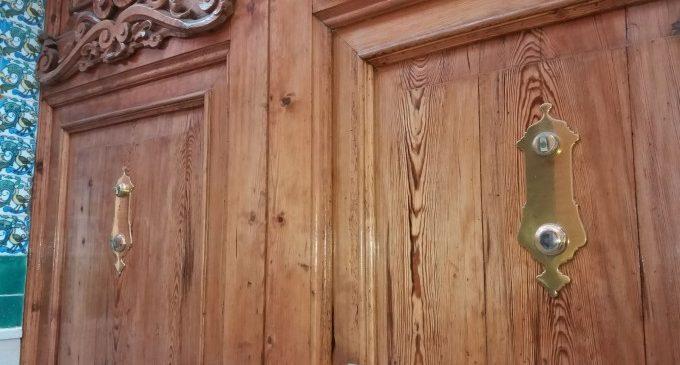 Furten les baldes de la porta d'entrada del Museu de Ceràmica de Manises