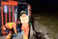 Un camió bolca en Riba-roja i deixa un ferit amb policontusions