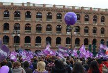 """""""Front la barbàrie, lluita feminista"""". Les dones ixen al carrer per a exigir una igualtat efectiva"""