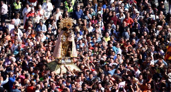 El traslado de la Virgen de los Desamparados concentra a miles de asistentes