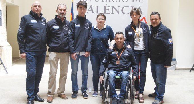 Els medallistes del club d'esquí adaptat Sierra de Gúdar comparteixen els seus èxits amb la Diputació