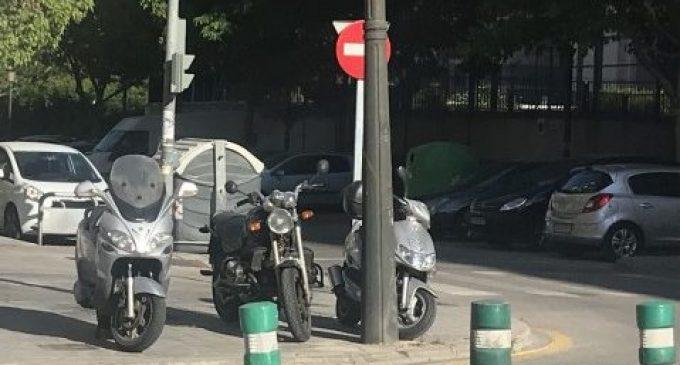Poden aparcar les motos en la vorera?