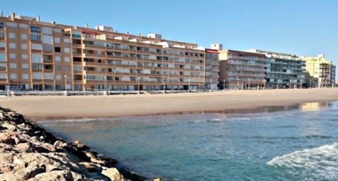 Desenes de voluntaris participen en la retirada de flora exòtica de la platja del Perellonet