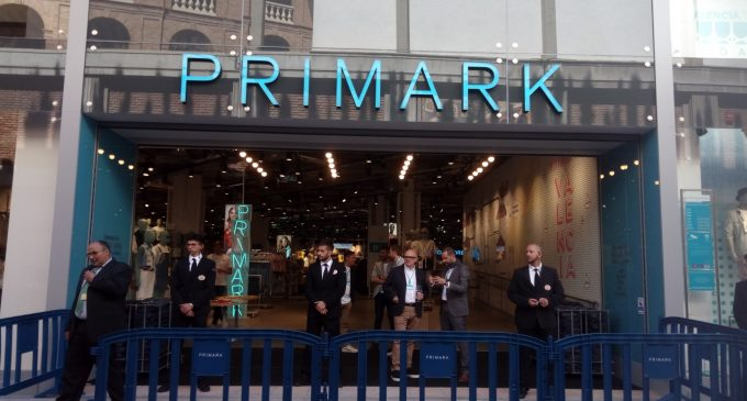 Globos, música y expectación en la apertura de Primark
