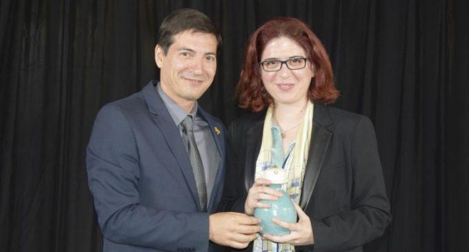 Àngels Gregori rep el Premi de Poesia Vicent Andrés Estellés de Burjassot