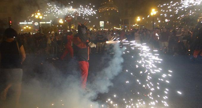 La màgia del Correfoc omple el centre de València de música i pólvora