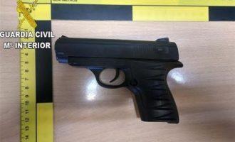 Detingut un home per intentar atracar un comerç amb una pistola simulada a Paiporta