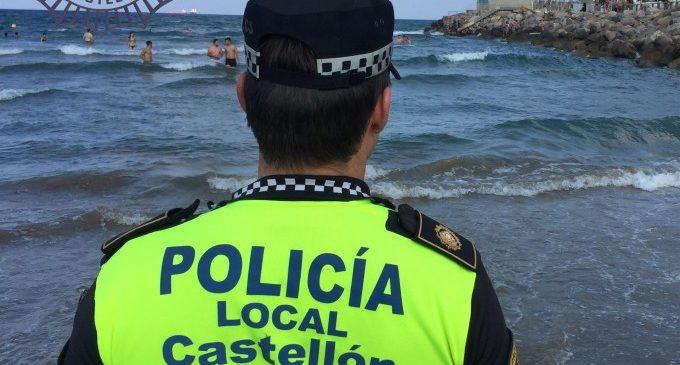 Rescaten a dos xiquets que no podien eixir de l'aigua pel corrent i les ones en la platja del Pinar