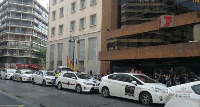 Taxistes col·lapsen el centre de València i es concentren davant la seu de la Delegació del Govern