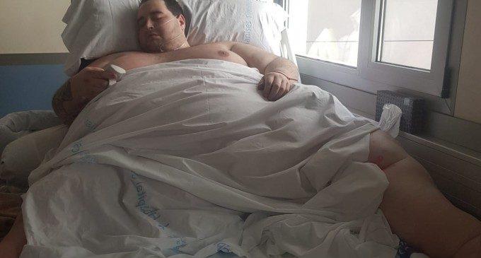 La família d'un jove obés de 350 quilos s'oposa al fet que l'Hospital de Manises li done l'alta