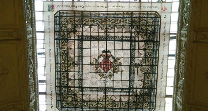 S'inicia la reinstal·lació de la gran vidriera del vestíbul de l'Ajuntament