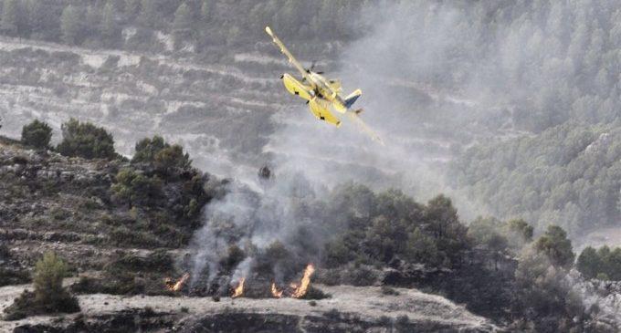 Bombers treballen en l'extinció d'un incendi forestal amb dos focus a Beniardà