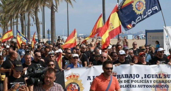 """Policies i guàrdies civils clamen per la """"vertadera"""" equiparació salarial en La Malva-rosa de València"""
