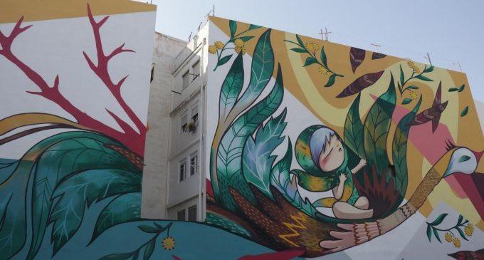 El mural del carrer Benemérita Guàrdia Civil cobra vida gràcies a Julieta XLF i a David de Limón