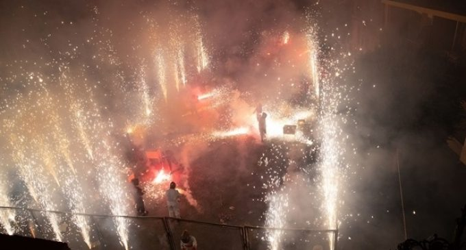 """Els clavaris del Crist omplen de foc la plaça en la """"coetà"""" de les festes de Mislata"""