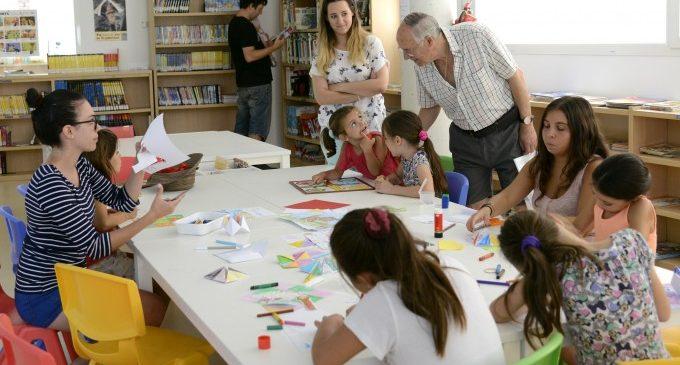 Tallers gratuïts de manualitats a la Biblioteca Municipal per a combatre la calor