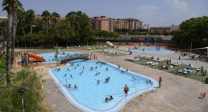 Aforament complet en l'estrena de la nova piscina lúdica de Paiporta