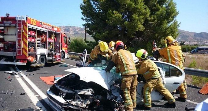 Rescaten a un conductor atrapat després de xocar contra un camió en l'N-332 per Benidorm