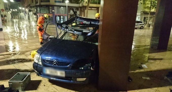 Dues ferides en xocar el seu vehicle contra una escultura en la plaça Escola Pia de Gandia