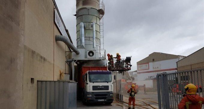 Declarat un incendi en una sitja de serradures d'una fàbrica de fusta a Alcàsser