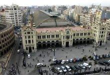 Retiren de matinada llaços grocs de la façana de l'Estació del Nord de València