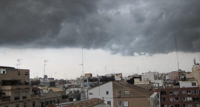 Les tempestes descarreguen amb llamps, fort vent a Llíria i pedregada a Godelleta
