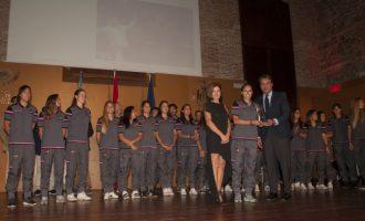 Paco Borao i el primer equip femení de basquet, guanyadors al Mèrit Esportiu Ciutat de València