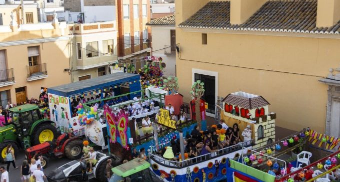 Milers de colors de paper ompliren els carrers de Picassent amb la Cavalcada de les Festes Majors