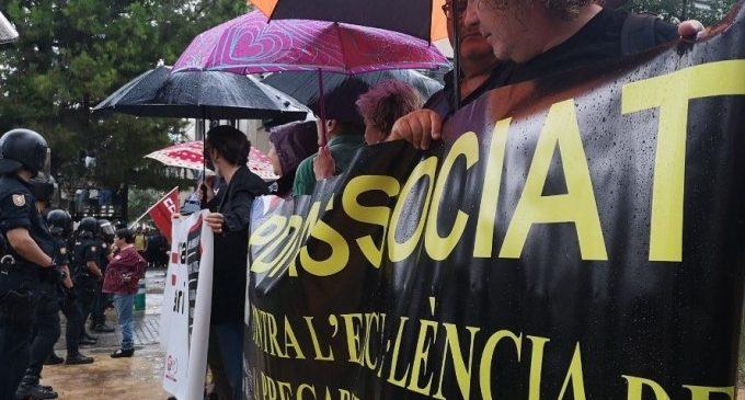 Protestes de professors i estudiants en vaga en l'obertura de curs universitari a València que presideix el Rei
