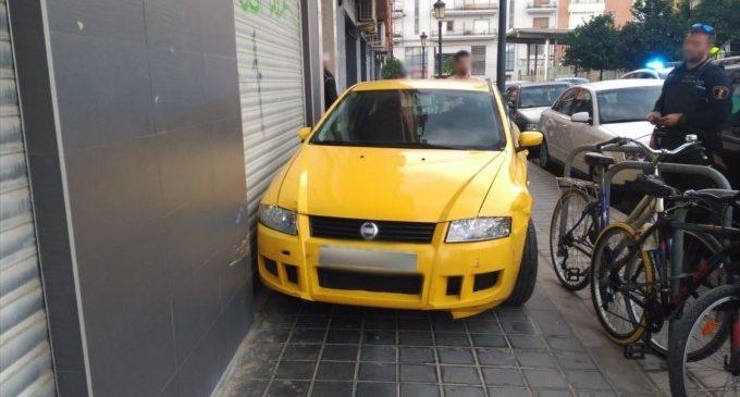 Un conductor embriac es puja amb el seu cotxe a la vorera a València, el segon accident que provoca en un mes
